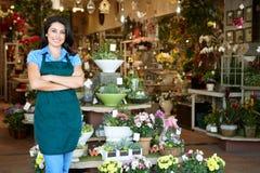 Kvinna som fungerar i blomsterhandlare arkivfoto