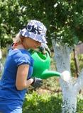 Kvinna som fungerar i trädgården Royaltyfria Foton