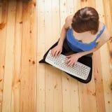 Kvinna som fungerar på datoren Arkivbild