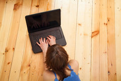 Kvinna som fungerar på datoren Royaltyfri Bild