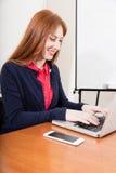 Kvinna som fungerar på datoren Royaltyfria Foton