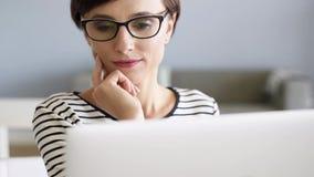 Kvinna som fungerar på datoren arkivfilmer