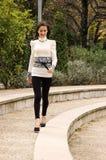 Kvinna som går Arkivfoto