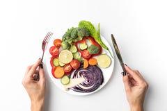 Kvinna som går att äta sallad Royaltyfria Bilder