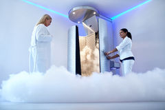 Kvinna som går för cryotherapy behandling Royaltyfri Foto