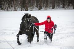 Kvinna som går hästen på utfall Royaltyfri Bild