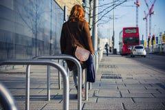 Kvinna som går i en stad i vintern Fotografering för Bildbyråer