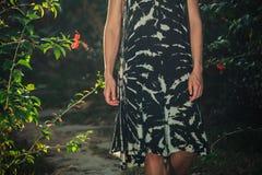 Kvinna som går i en trädgård Royaltyfri Bild