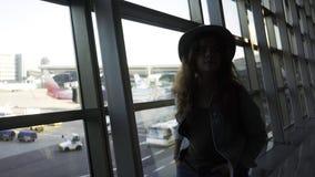 Kvinna som går i flygplats