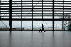 Kvinna som går i flygplatsterminal Arkivfoton