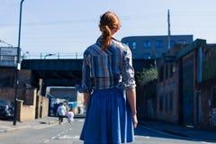 Kvinna som går i gatan nära trainline Royaltyfri Fotografi