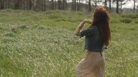 Kvinna som går i gräs stock video