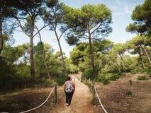 Kvinna som går i medelhavs- skog Arkivfoto