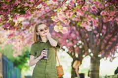 Kvinna som går i Paris på en vårdag arkivfoton