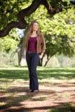 Kvinna som går i park Fotografering för Bildbyråer