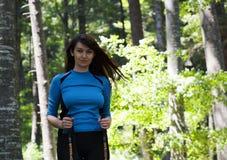 Kvinna som går i skogen arkivbilder