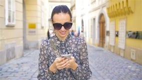 Kvinna som går i stad Ung attraktiv turist- det fria i europeisk stad arkivfilmer