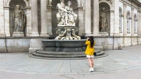 Kvinna som går i stad Ung attraktiv turist- det fria i europeisk stad lager videofilmer