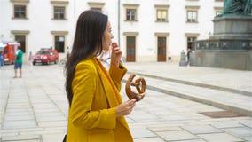 Kvinna som går i stad Ung attraktiv turist- det fria i italiensk stad stock video