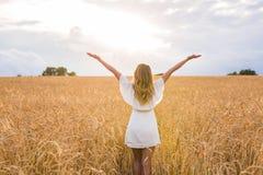 Kvinna som går i vetebegreppet om naturen, jordbruk och folk Royaltyfri Fotografi