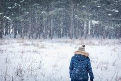 kvinna som går i vinterträn med att falla för snö arkivfoton