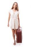 Kvinna som går med den tunga resväskan som isoleras på vit Arkivfoto