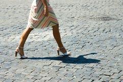 Kvinna som går med skugga Arkivbild