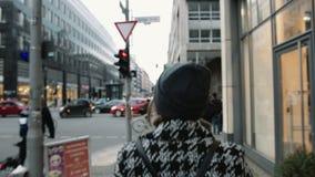 Kvinna som går ner staden - bakre sikt stock video