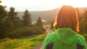Kvinna som går på banan i nationalparken