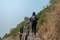 Kvinna som går på bron royaltyfria bilder