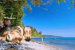 Kvinna som går på en strand Arkivfoton
