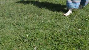 Kvinna som går på gräset lager videofilmer