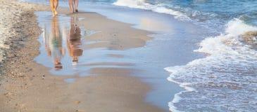 Kvinna som går på havsstranden Royaltyfria Bilder