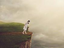 Kvinna som går på klippan.