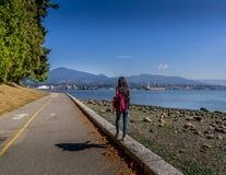 Kvinna som går på Stanley Park royaltyfria bilder