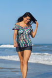 Kvinna som går på strand royaltyfria bilder