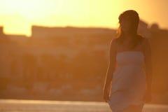 Kvinna som går på stranden Royaltyfri Bild