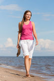 Kvinna som går på stranden Royaltyfri Fotografi