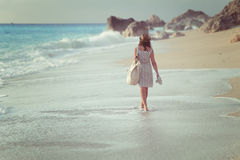 Kvinna som går på stranden Royaltyfri Foto