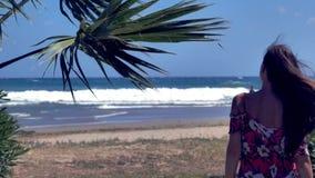 Kvinna som går på stranden arkivfilmer