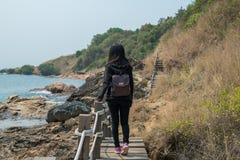 Kvinna som går på träbron arkivfoton