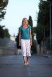 Kvinna som går på vägen Royaltyfria Foton