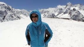 Kvinna som går på vägen för prestation för motgång för fara för bergkantsnö till för vinterlandskap för framgång den episka anten stock video