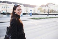 Kvinna som går på Wien arkivbild