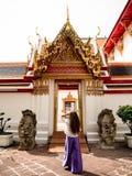 Kvinna som går runt om Wat Pho, Bangkok Thailand arkivbilder