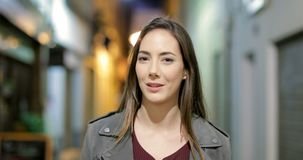 Kvinna som går samtal på kameran i natten