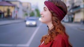 Kvinna som går stads- bohemisk livsstil för stad stock video
