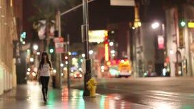 Kvinna som går stadsgatan på natten stock video