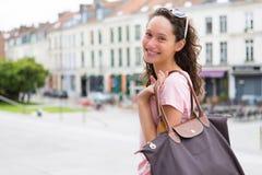 Kvinna som går till att shoppa i staden Royaltyfri Bild
