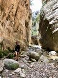 Kvinna som går till och med en kanjon i Cypern royaltyfria bilder